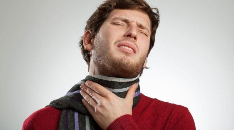 Homme présentant une toux sèche