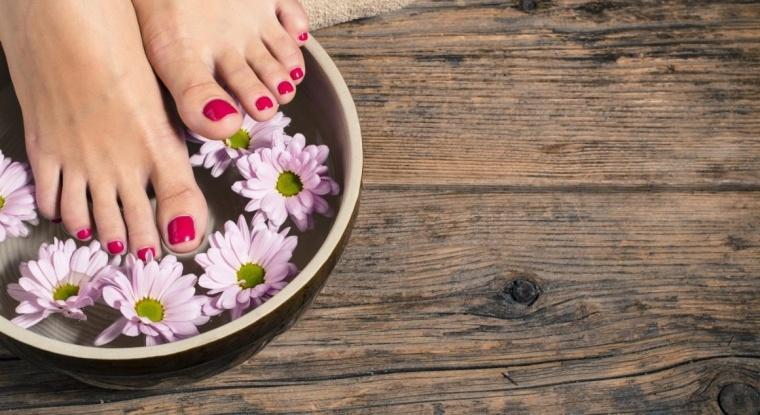 laver ses pieds pour éviter l'infection