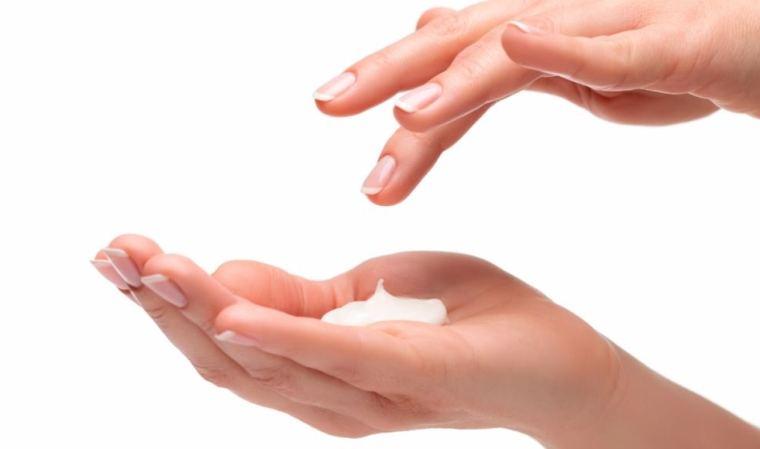 Psoriasis : facteurs déclencheurs, symptômes et moyens de