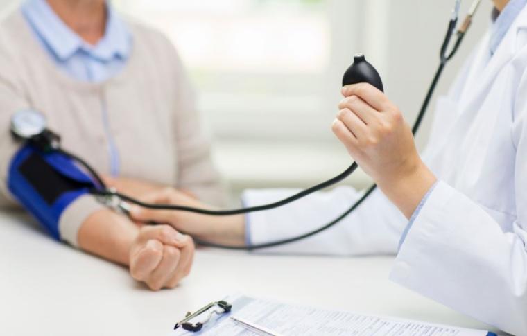 personne analysant une pression artérielle