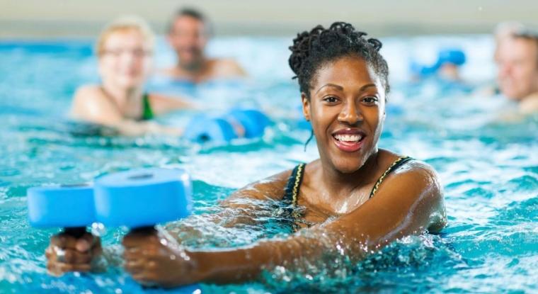 faire du sport aquatique pour s'écarter de la rétention d'eau