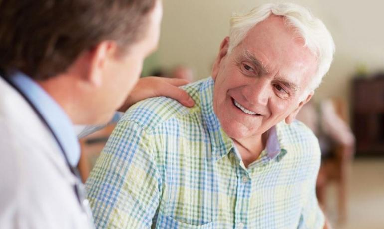 Homme âgé courant le risque d'une hypertrophie de la prostate