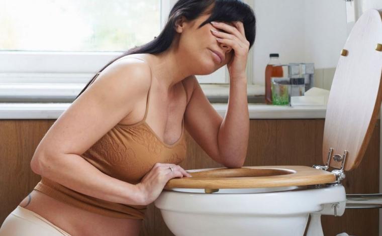 Femme enceinte en train de vomir
