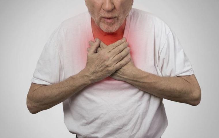 Homme présentant un symptôme de l'angine de poitrine