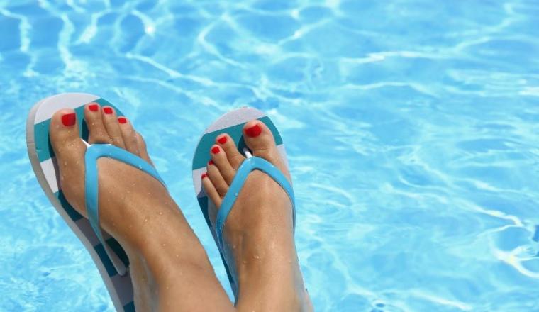 Porter des sandales pour éviter une infection fongique de l'ongle